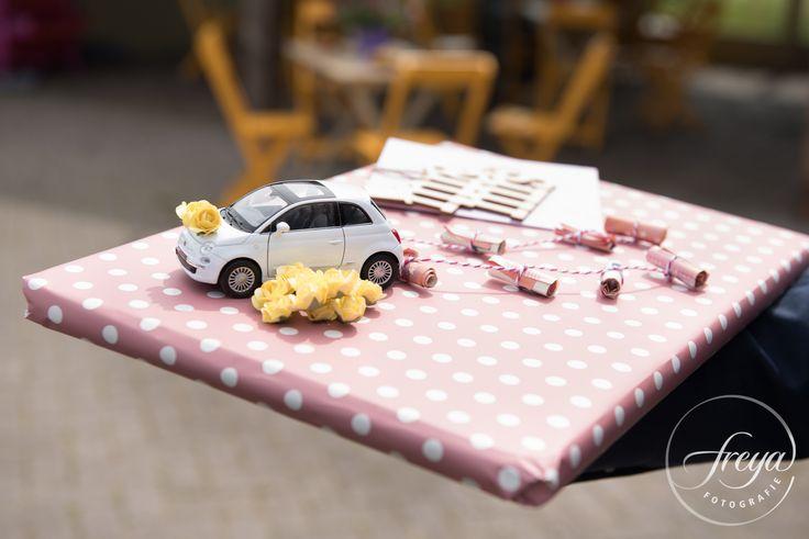 Een hele orgirinele manier om geld te geven op een bruiloft - een speelgoedauto met 'blikjes' van opgerolde bankbiljetten erachter! Helemaal leuk wanneer je dan ook nog hetzelfde type auto hebt gebruikt als de trouwauto - http://www.trouwfotografiefreya.nl/klanten/knusse-bruiloft-opgevouwen-fiat-500