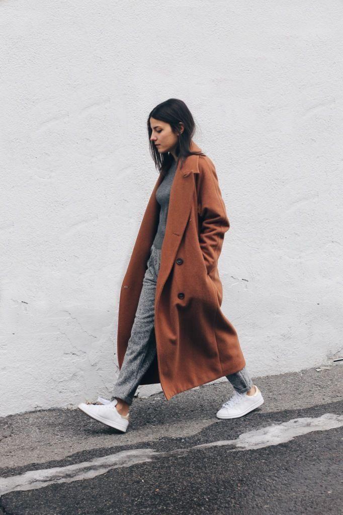 Manteau brique et tenue grises, baskets blanches