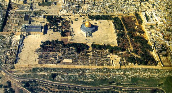Ariel view of the Harem-esh-Sharif (Dome of the Rock and the Al-aksa mosque).  The wall is the retaining wall left over from the Herodian Temple mount.