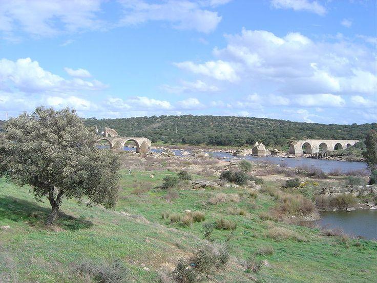 Puente de Nossa Senhora de Ajuda, en la Freguesía de Ajuda, perteneceiente a Elvas, que cruza el río Guadiana frente a Olivenza. Fue destruido durante la Guerra de Restauración (1646) y en la de Sucesión (1709), aunque anteriormente ya había sufrido graves daños en riadas del Guadiana, y ya nunca reconstruido.
