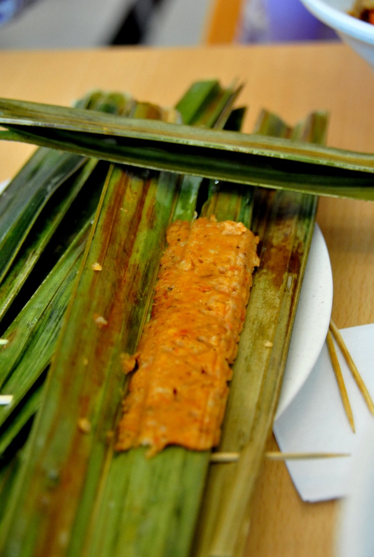 Otak-otak is a cake made of fish meat and spices, wrapped inside a banana leaf, which is steamed then grilled. It is one of Singaporean's favourite snack. Nearest outlet: Food Opera (at B4, food court - same store as Nasi Lemak), ION Orchard. Walk: 4 minutes from RP