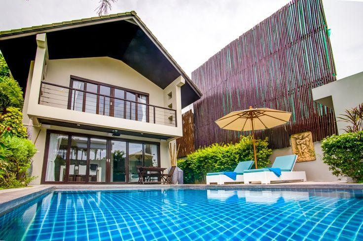 Ban Tai Estate — Villa Chok   Великолепный частный бассейн окружен тропическими деревьями и растениями. Двойные двери ведут в просторную гостиную и кухонную зону. Эти зоны открытой планировки наполнены тайским очарованием, что подарит Вам отличный отдых в тропическом раю . Рядом с этой зоной обустроена стильная главная спальня, которая располагает прилегающей ванной комнатой и приватной террасой, куда ведут большие, двойные двери. Современная ванная комната оснащена большой ванной...