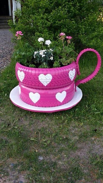 """Ett omgjort bildäck kan bli en fin """"kaffekopp"""" i trädgården."""