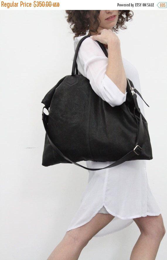 Zwart leer Over grootte Tote tas / schouder tas / Travel Bag / Crossbody lederen tas door LadyBirdesign op Etsy https://www.etsy.com/nl/listing/179512628/zwart-leer-over-grootte-tote-tas