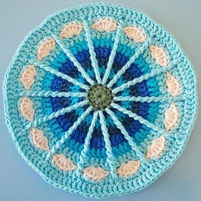 """Mandala, según el diccionario de la RAE: """"en el hinduismo y en el budismo, dibujo complejo, generalmente circular, que representa las fuerzas que regulan el universo y que sirve como apoyo de…"""