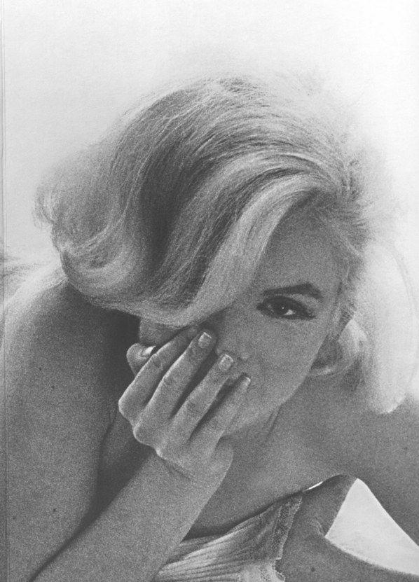 MARILYN MONROE POR BERT STERN  No ano em que se completa 50 anos da morte da maior diva da história do cinema, relembramos com um novo olhar a histórica sessão de fotos feita por Bert Stern pouco antes da morte de Marilyn Monroe.      Leia mais: http://lounge.obviousmag.org/vitor_dirami/2012/02/marilyn-monroe-por-bert-stern.html#ixzz1tN7euF6A