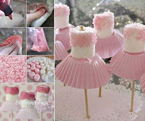 Malvaviscos para baby shower temática bailarina  Agrega algunas gotas de colorante rosa a la azúcar. Cubre la mitad superior del malvavisco con glasé. Rocía con el azúcar color rosado. Agrega la base de cupcakes en la base inferior. Clava un pincho para finalizar.