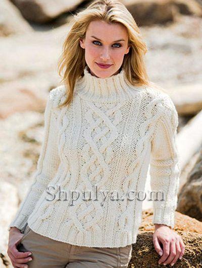 Белый свитер с косичками, вязаный спицами