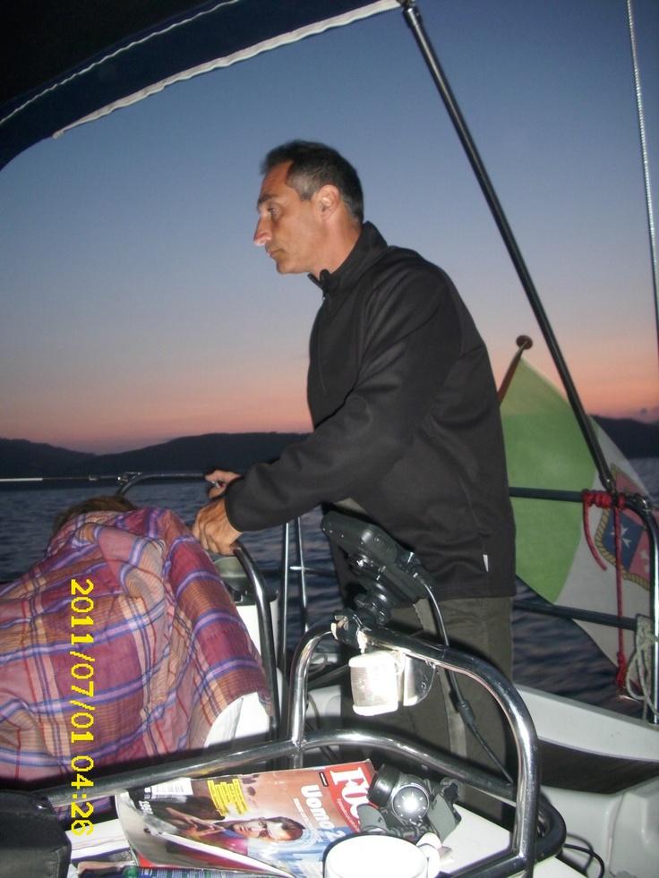 """Il progetto denominato PRENDERE IL LARGO è nato nel 2008 per avvicinare un gruppo di adolescenti al mondo della vela e del mare con l'obiettivo di potenziare la loro autostima sviluppando in loro un processo verso l'autonomia. Il progetto idealizzato dall'associazione """"Piccoli Passi"""""""