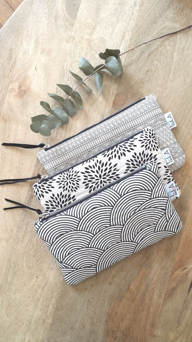 Petite pochette zippée et matelassée de 22cm sur 14cm. Idéale à glisser dans le sac à main ou le cabas, vous pourrez y mettre vos flacons et maquil...
