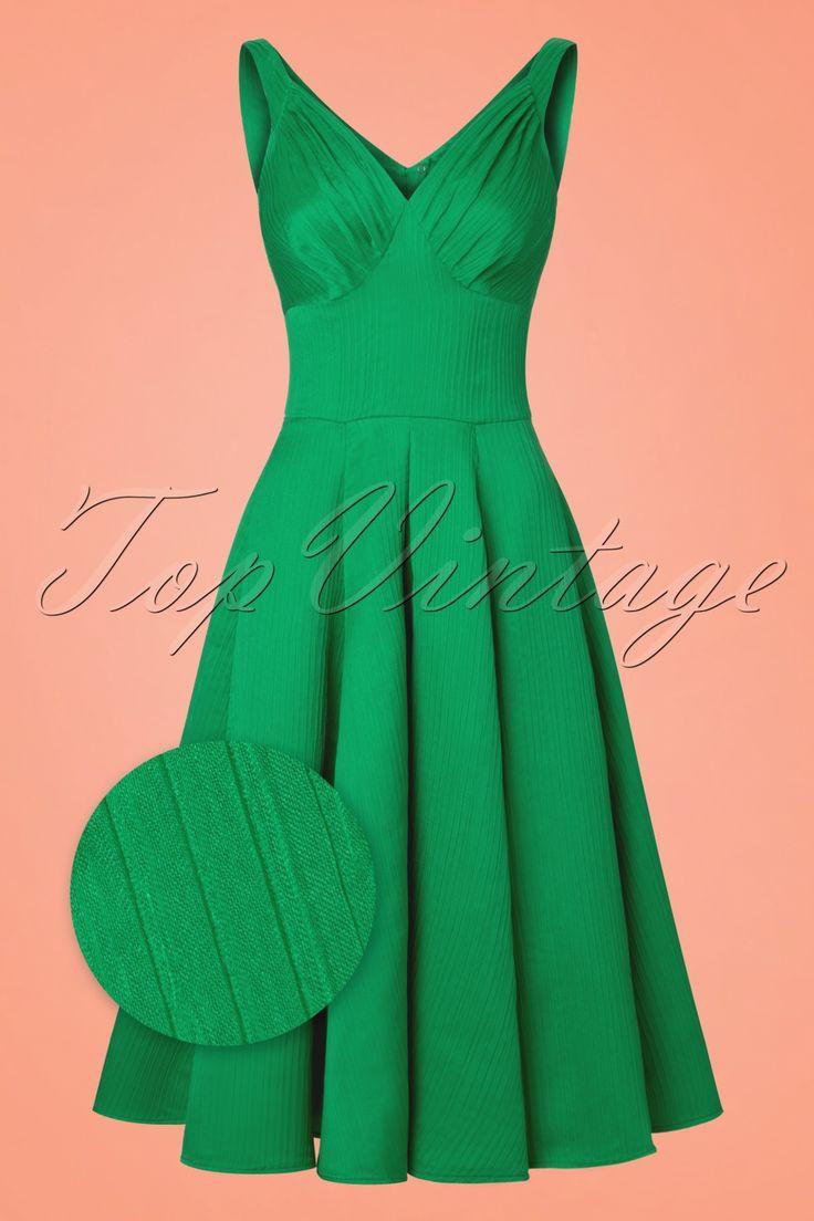 In deze50s Odessa Swing Dressben je mooier dan de mooiste diamant... ze is exclusief bij TopVintage verkrijgbaar!  'Give a woman the right dress and she can conquer the world'... dat is wat Odessa met je doet! In ALLE opzichten een juweel van een jurk; van haar prachtige sweetheart halslijn met geplooide cups tot de elegante V-rug en de adembenemend mooie smaragdgroene kleur. Showstopper? Oh yes! De aansluitende top en volle swing rok zorgen voor een vrouwelijk en ...