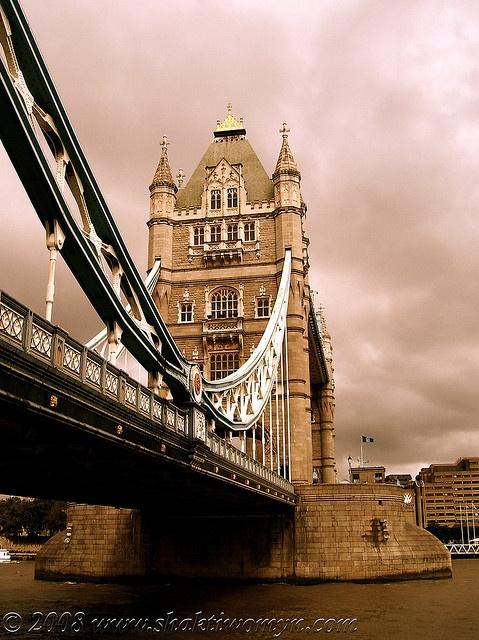 #TowerBridge, #London: il ponte mobile che sovrasta il Tamigi e che collega la Torre di Londra al distretto di Southwark.