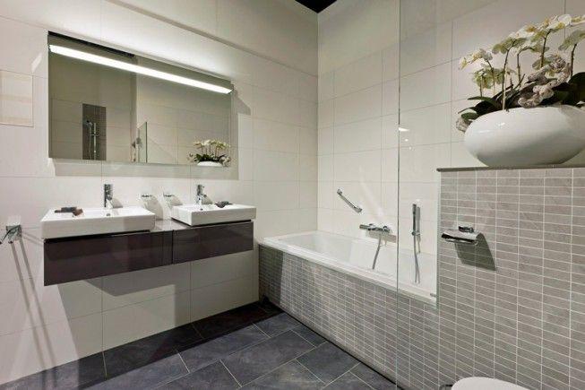 Verkoopstyling tip 6: Haal je persoonlijke spullen uit de badkamer. Breng sfeer aan in je badkamer door een mooie plant neer te zetten.