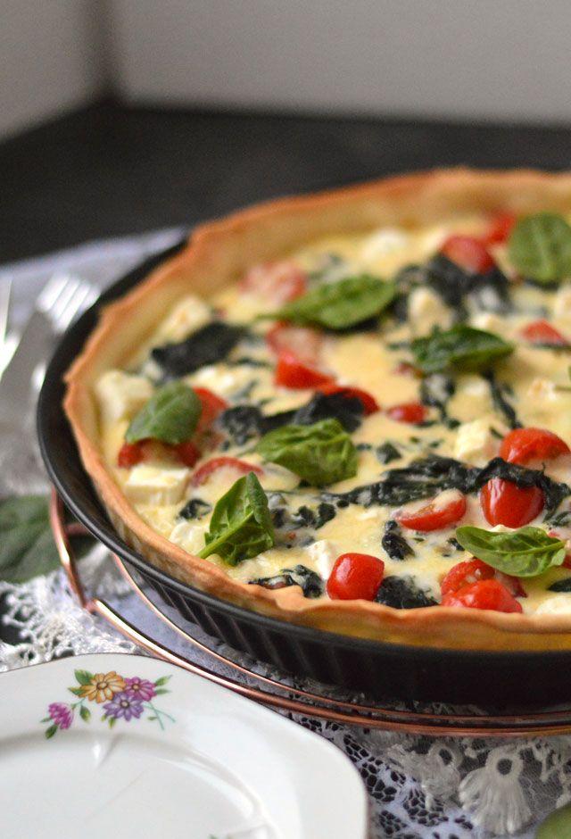 Quiche met feta, spinazie en tomaat. Een waanzinnig lekker recept voor een MAKKELIJKE quiche.