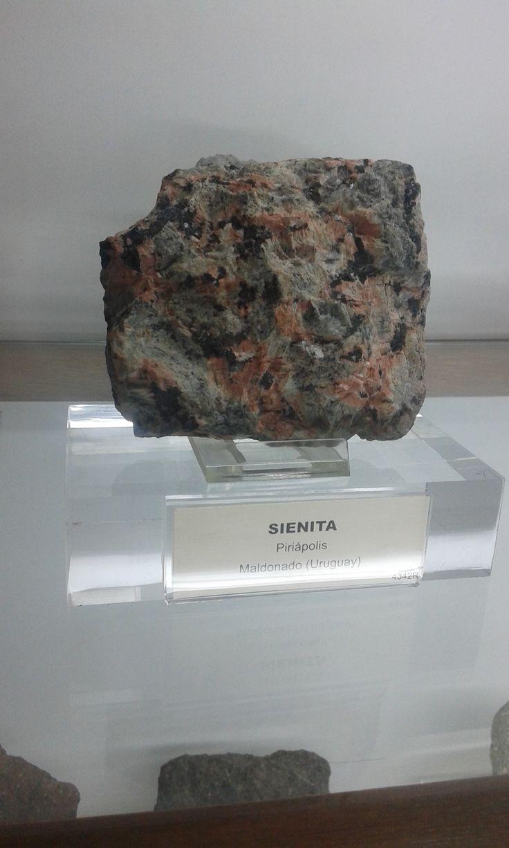 La sienita es una roca ígnea plutónica constituida por minerales como feldespato, oligoclasas, albita, y minerales máficos como biotita y piroxeno (augita).  Se puede distinguir del granito por la ausencia de cuarzo, lo cual no significa que no pueda haber en la misma.  Se origina por la diferenciación de un magma basáltico alcalino.  Rocas de grano fino compuesta por feldespato (50% Ortosa y 50% Albita), más nefelina. Ésta se encuentra generalmente contaminada con hierro.