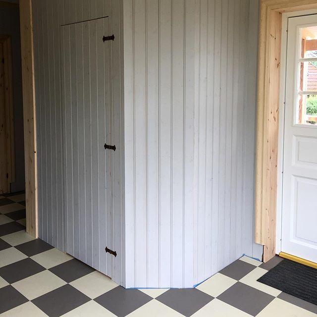 Vi valde att bygga en garderob i hallen och hoppas nu att alla jackor ska få plats  panelen är målad i äggoljetempera från avjord.se i en varmgrå ton. Golvet är en praktiskt linoliumvariant i plattor. #äggoljetempera #avjord #marmoleumclick