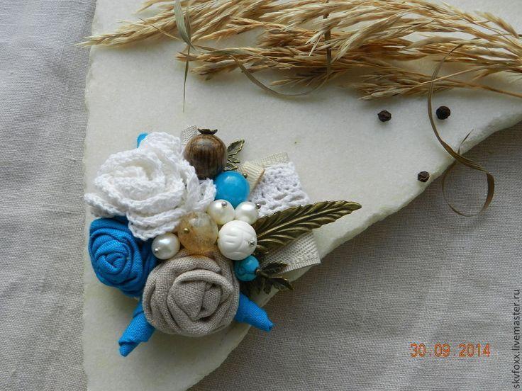Купить или заказать 'Azure' брошь-букетик в интернет-магазине на Ярмарке Мастеров. Текстильная брошь в виде букетика с розами, бутонами, листвой придется по вкусу весьма женственной и тонкой натуре!!! Собрана из натуральных материалов: льна, хлопка, кружева, тесьмы, дерева (дуб), агата, резного коралла, натурального речного жемчуга, кварца, бирюзы, множества металлических листочков и веточек. Брошечка будет гармонично смотреться как на легких видах одежды так и на более теплых аксессуарах!