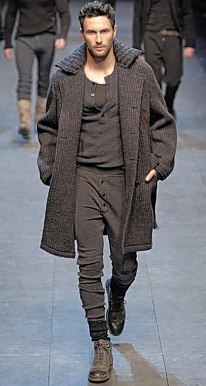 Dolce & Gabbana pantaloni trening bumbac (negrii sau gri), tricou gri simplu sau negru cu nasturi la gat si haina gri pepit cu bocancii Camper sau ghete albe sau negre