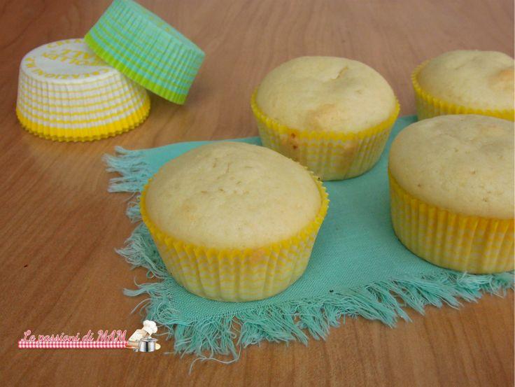 Muffin all'acqua ricetta dolce per intolleranti al lattosio, al lievito. Morbidi muffin per colazione o merenda, leggeri e facili da preparare.
