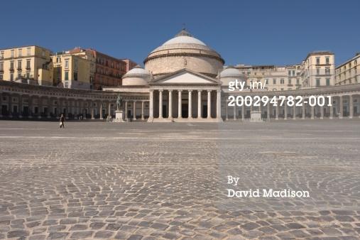 免版稅圖片:意大利坎帕尼亞那不勒斯廣場的普雷比席特和大教堂