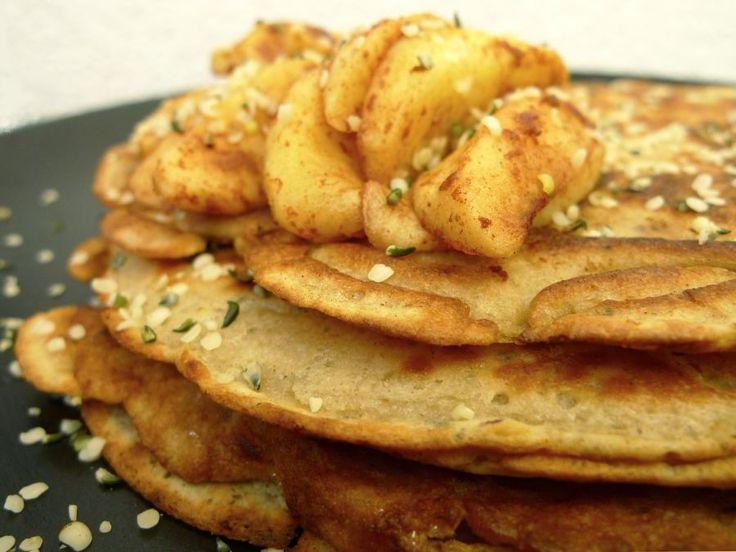 Deze pannenkoeken zijn extra gezond en extra lekker. Mix door het beslag wat gehakte noten en hennepzaad. Serveer met warme appeltjes!  | http://degezondekok.nl