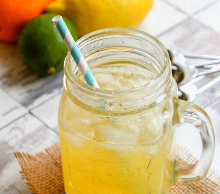 Bebida de electrolitos casera de limón y jengibre. Cuando hacemos ejercicio perdemos electrolitos como sodio y potasio. Una buena medida es tomar bebidas