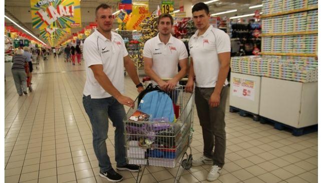 Hokeiści MKS Cracovia - Bartosz Dąbkowski, Patryk Wajda oraz Grzegorz Pasiut czasy ławy szkolnej mają już dawno za sobą, ale o potrzebujących dzieciakach nie zapominają. Zorganizowali wewnątrz drużyny składkę i za zebrane fundusze zapełnili kosz w hipermarkecie Auchan w Bonarce.