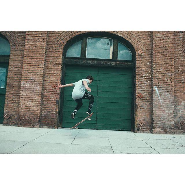 👊🏽 #white #black #stonefeather #rebirthofwild #ny #black #nycity #city #newyork #streetwear #streetfashion #streetbrand #nature #sweatshirt #wiw #wiwt #LA #skate #skateboard #yellow #joggerpants #paintsplatter #sirisleevelesstshirt