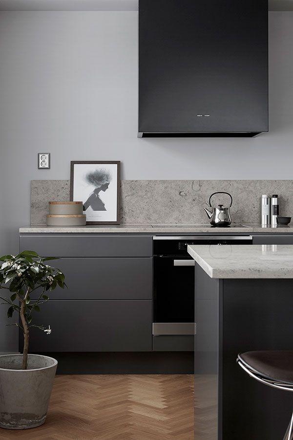 Moderne graue Küche mit Kalkstein-Arbeitsplatte und Backsplash