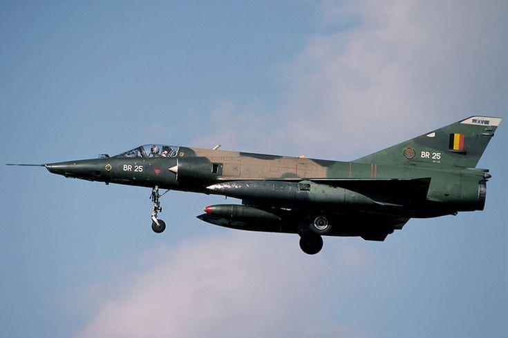 Aviones Caza y de Ataqu      Dassault Mirage V / 50   Tipo Avión de ataque Fabricante   Dassault Aviation Primer vuelo 19 de mayo de 1967 Estado En servicio Generación   2º  Usuarios principales Bandera de Francia Fuerza Aérea Francesa   Fuerza Aérea Belga   Fuerza Aérea Egipcia   Fuerza Aérea de Pakistán otros Producción 1967-1979 N.º construidos 582