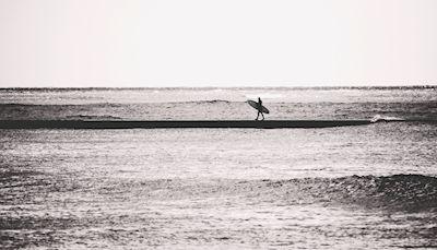 Ingrid Wenell - En vanlig dag, surfer, ocean, black and white photography