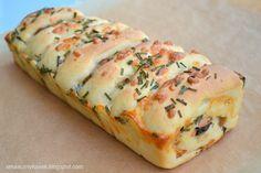 Smaczny kąsek: Odrywany chlebek z kiełbaską, mozzarellą i pieczar...