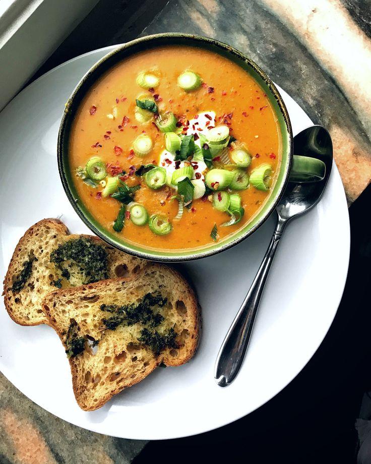 SWEET POTATO COCONUT SOUP Recept: ❀ 1 stor sötpotatis ❀ 2 dl kokosmjölk (extra krämig) ❀ 5 dl vatten ❀ 3 tsk röd curry paste ❀ Gul lök ❀ Gurkmeja, spiskummin, chiliflakes, salt, peppar ... fräs lök med potatis/finhackad. Tillsätt sedan all vätska, koka upp låg temp. Krydda soppa, låt stå 5min, mixa! Toppa med hackad salladslök, turkisk yoghurt & chili flakes. Servera med vitlöksbröd!