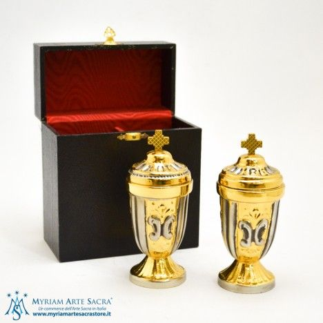 Vasetti olii Catecumeni e Sacro Crisma in ottone dorato cesellati e completi di astuccio.  Altezza: cm. 11,  Base: diametro cm. 4,5.