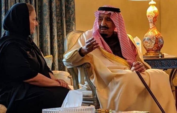 اخبار السعودية شاهد الأميرة ريما بنت طلال تنشر صورة تجمعها مع الملك سلمان في عزاء والدها وتعلق عليها Fashion Sari