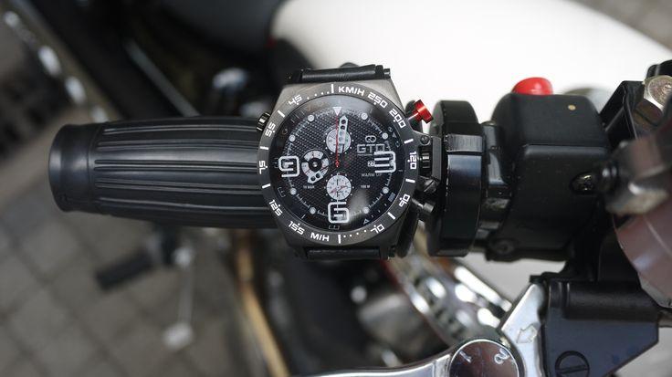 Montre homme sport Warm Up de GTO - bouton rouge pour un look dédié à l'automobile #montre #sport #homme #automobile #moto