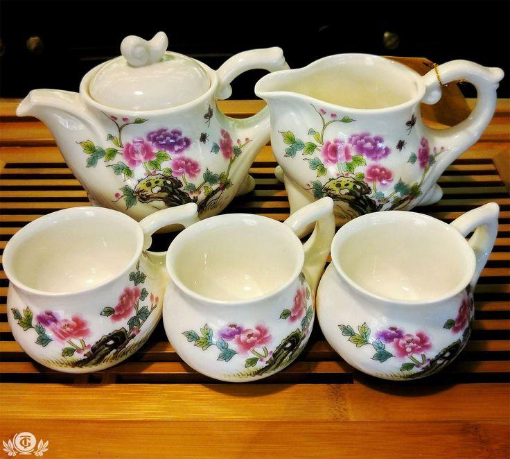 """Если к вам часто заходят в гости, то этот красивый наборчик для чайной церемонии для вас! Чайник+Сливник+6 Пиал отлично поднимут настроение совместно с правильным чаем. Замечу, что пиалы отлично """"сидят"""" в руке) Цена 2290р ."""