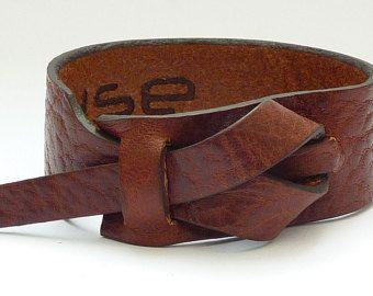 Brazalete de cuero marrón oscuro / pulsera por MuseBelts en Etsy