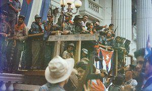 Фидель Кастро выступает с импровизированной балкон задрапирован флаги Кубы в Санта-Клару пути до победного вступления в Гавану.