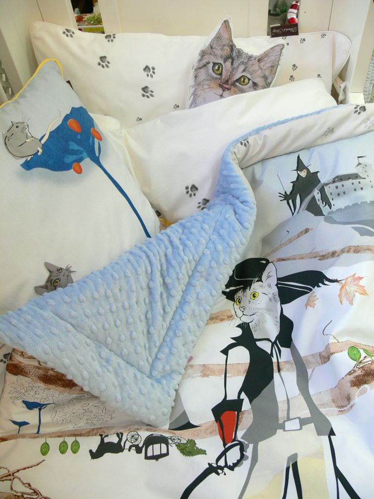 Pillow, blanket and bedding... and young Puss in Boots - http://iloveyoumom.pl/pl/kocyki-poduszki-narzuty/1692-kocyk-maluszka-kot-w-butach-80-x100-4-kolory-polaru-minky-blanket-story.html