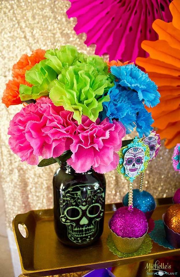 Los altares estan adornados con flores de colores fuertes. estos colores se significan abundancia y el olor de las flores guian al muerto.