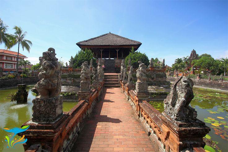 Jalan menuju Bale Kambang yang dikawal tokoh-tokoh dari kisah kepahlawanan Sutasoma.