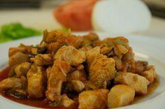 Hürrem Sultan Usulü Tavuk  Malzemeler:  750 gr haşlanmış tavuk eti (küçük parçalara doğranmış), 2 tatlı kaşığı tereyağı,1 dolmalık yeşil biber (çekirdekleri çıkarılıp, ince doğranmış), 180 gr mantar (ince dilimlenmiş), 1 çorba kaşığı un, 1 tatlı kaşığı tuz, 125 gr (1/2 su bardağı) krema  300 gr (1+1/2 su bardağı) süt, 3 yumurtanın sarısı, 2 çay kaşığı limon suyu, 1 tatlı kaşığı kırmızıbiber, 2 tatlı kaşığı maydanoz (kıyılmış)   Hazırlanışı:  Orta boy bir tencerede tereyağı orta ateşte ...