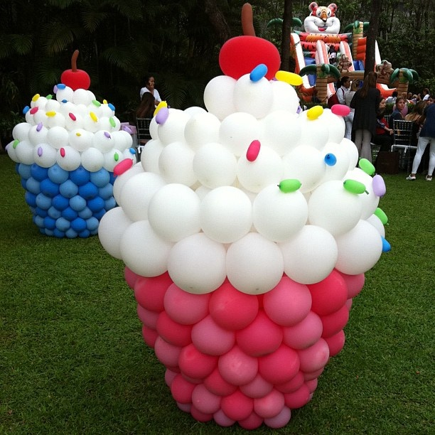 Love these balloon cupcakes decorations for a cupcake birthday party.