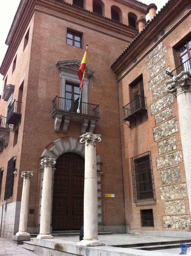 La Casa de las Siete Chimeneas es un edificio construido entre 1574 y 1577. Es uno de los palacios más antiguos de Madrid. Se encuentra rodeada de leyendas. casa de las siete chimeneas-2.jpg