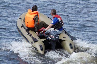 Лодка для охоты Duck Line 370 AL  Лодки этой серии комплектуются щитовым пайолом из алюминиевого профиля с нескользящей насечкой и матовым порошковым покрытием оливкового цвета. Специальные накладки в местах контакта баллонов с днищем и стрингерами защищают ПВХ материал от протирания. Сумка под сиденье цвета Olive входит в базовую комплектацию ПВХ лодки Duck Line, оснащена мягкой поверхностью в верхней части и позволяет владельцу судна успешно решить все вопросы по размещению вещей и…