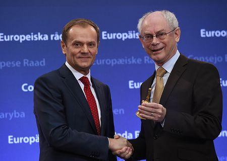 1日、ブリュッセルで、引き継ぎを行うトゥスク欧州連合(EU)新大統領(左)とファンロンパイ前大統領(AFP=時事) ▼1Dec2014時事通信|トゥスクEU新大統領が就任=ロシア対応、手腕問われる http://www.jiji.com/jc/zc?k=201412/2014120100467