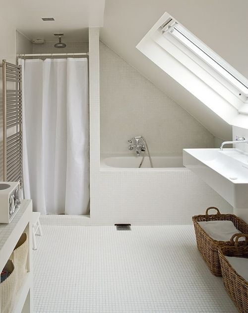 white bathroom baignoire derrière une cloison côté entrée de chambre, arrière de la porte  | The best attic home design ideas! See more inspiring images on our boards at: http://www.pinterest.com/homedsgnideas/attic-home-design-ideas/
