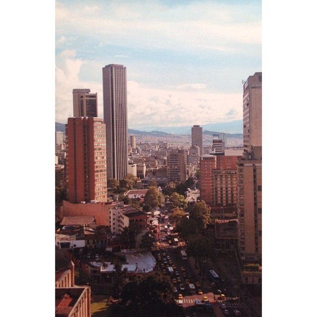 Carrera séptima con 32, desde un piso 21, de día. Fotografía análoga/ diapos. Bogotá #avenue #bogotart #city #enmicolombia  #IgersBogota #igerscolombia #nofilter #picoftheday  #tbt  #architecture #architectureporn #building