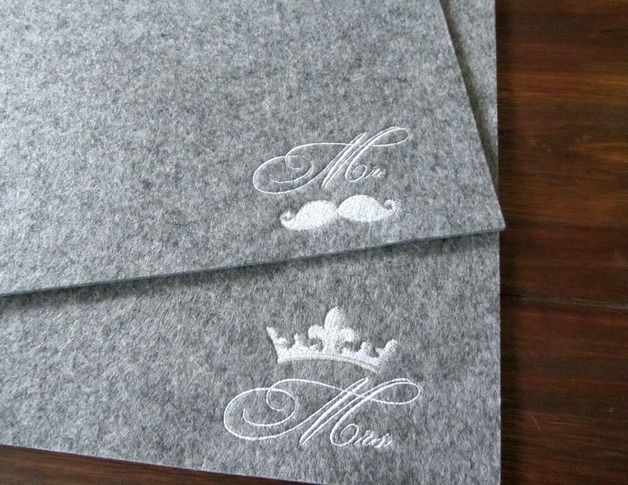 2 dekorative, bestickte Tischsets aus grauem hochwertigem Filz.  Waschbar bei 30° im Wollwaschgang
